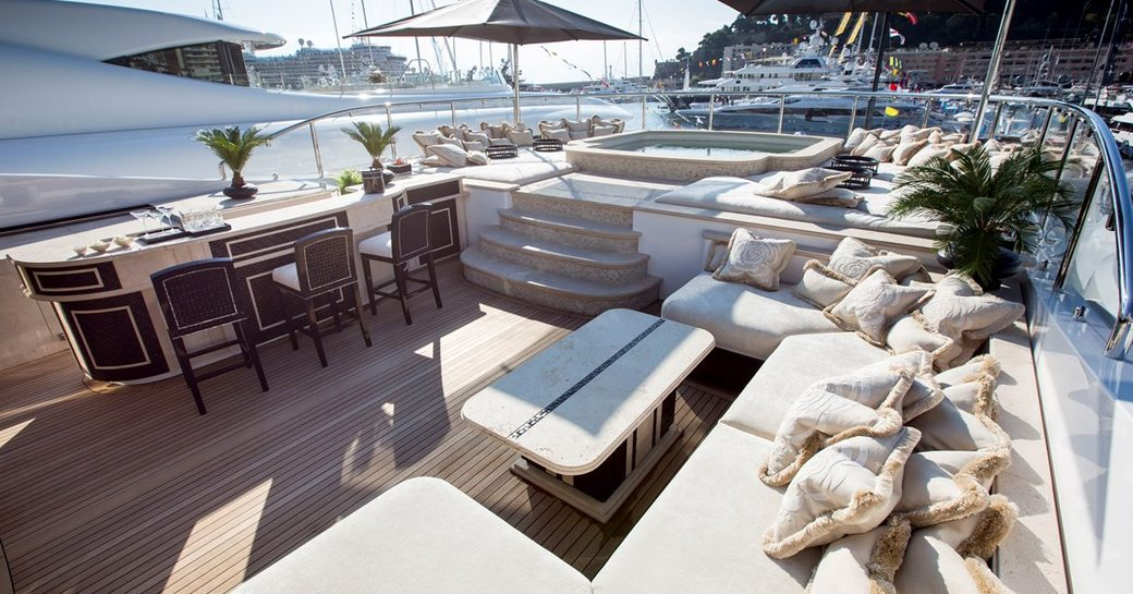 luxury yacht Illusion v hot tub