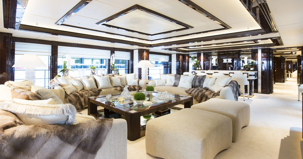 Lounge in Illusion v superyacht