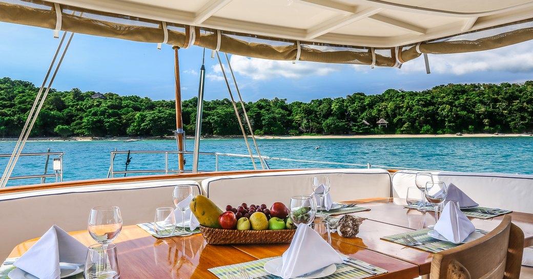Al fresco dining, Clan VI yacht
