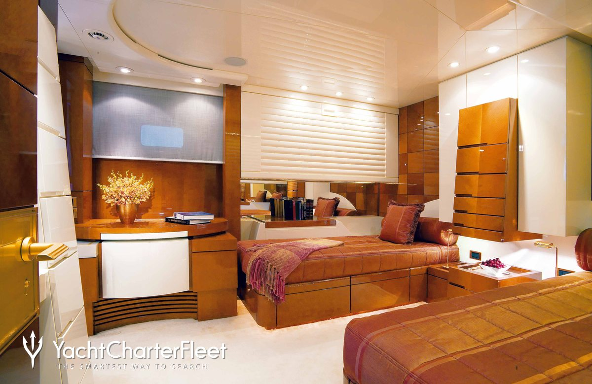 Bad girl yacht charter price brooke marine luxury yacht for Migliori cabin charter in wisconsin