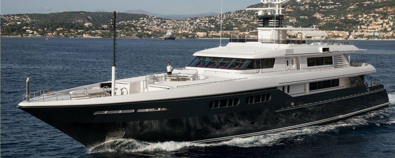 Motor yacht Emerald cruising in France