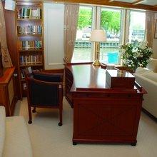 Elsa Yacht Saloon - Desk