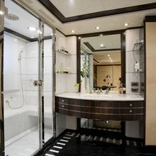 Caoz 14 Yacht His Bathroom