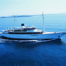 Arriva Yacht Running Shot
