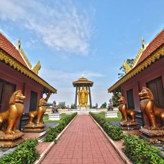 Path leading to the statue of the Buddha