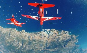 Red Arrows performance wows crowds at 2018 Monaco Yacht Show