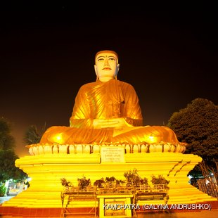 Monumental, lighted Buddhas statue