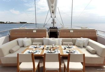 The central alfresco dining space on board sailing yacht TWIZZLE