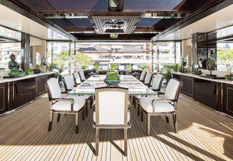 Motor yacht illusion v dining area