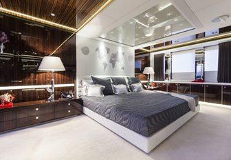 full-beam master suite on board charter yacht MYSKY