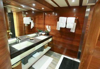 contemporary en suite aboard sailing yacht LAMIMA