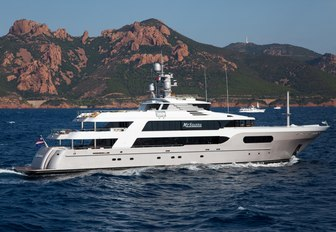 charter yacht MY SEANNA underway on a private yachting vacation