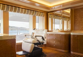 SOLANDGE yacht from SUCCESSION hairdressing room