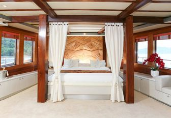 the laid back luxury of luxury phinisi LAMIMA in the master suite