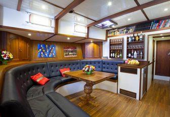 U-shaped seating area in the main salon of luxury yacht DALLINGHOO