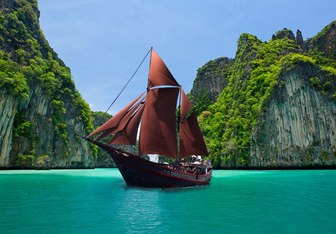 Manta Mae Yacht Charter in Indonesia