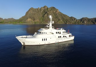 Beluga Yacht Charter in Pacific