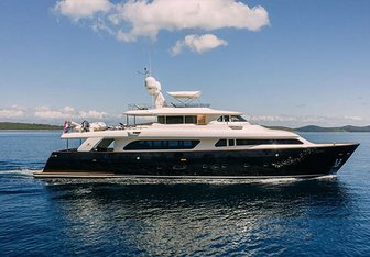 Klobuk yacht charter Custom Line Motor Yacht
