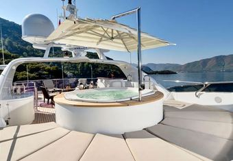 Quest R yacht charter lifestyle
