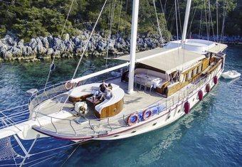 Pina yacht charter lifestyle