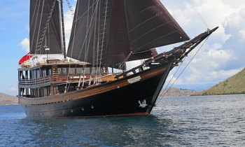 Last chance of 2018 to charter S/Y 'Dunia Baru' in Komodo