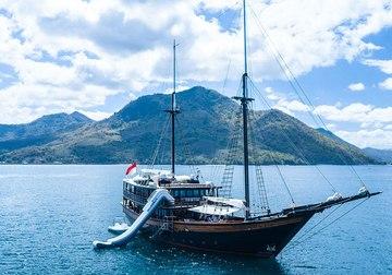 Dunia Baru yacht charter in Komodo