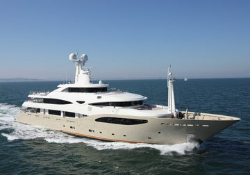 Light Holic yacht charter in Abu Dhabi