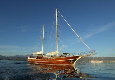 Dear Lila charter yacht