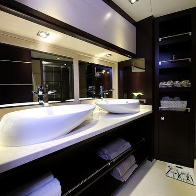 Perla del Mare Yacht Guest Bathroom