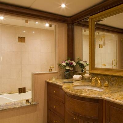 Aquasition Yacht Guest bathroom with tub