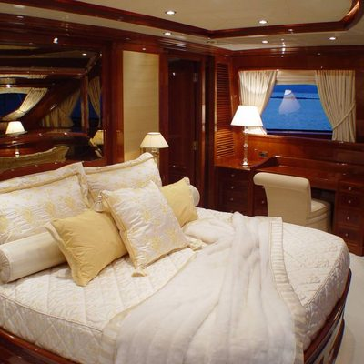 Aura Yacht Master Stateroom - Bed