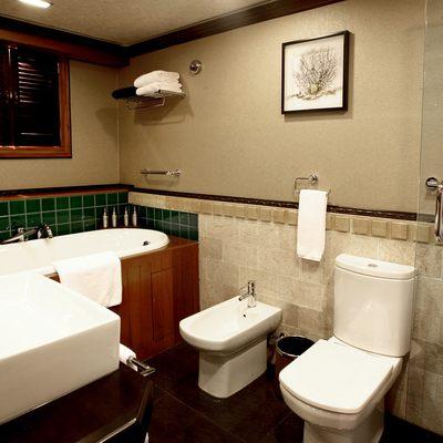 Dhaainkan'baa Yacht Master Bathroom