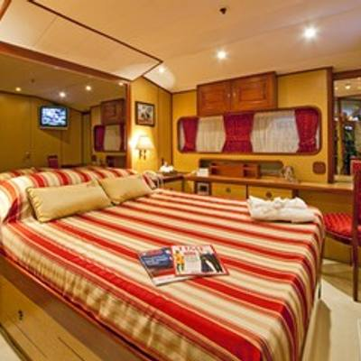 5 Fishes Yacht Red Stateroom