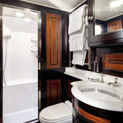 Shamrock V Yacht Guest bathroom