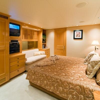 Sojourn Yacht Queen Stateroom/Converts to Twin