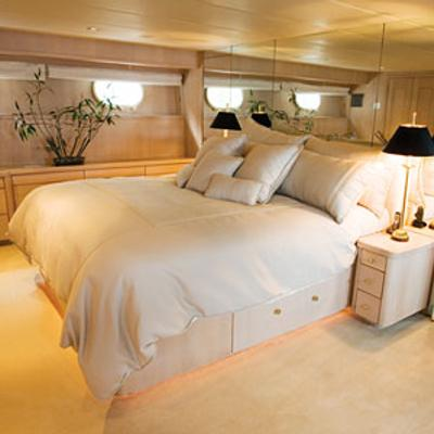 Silent World II Yacht Master Stateroom - Bed