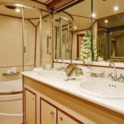 5 Fishes Yacht Bathroom