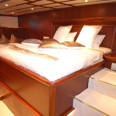 Gem Yacht Master Stateroom - Bed