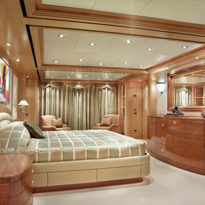 Laurel Yacht Master Stateroom - Bed