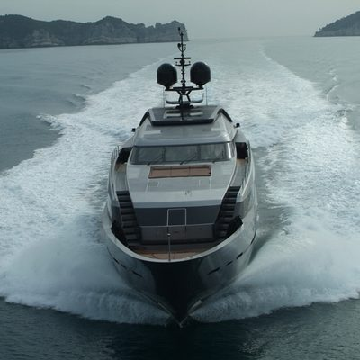 4A Yacht Running Shot - Bow
