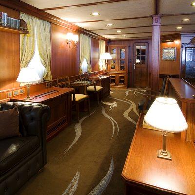 Seagull II Yacht Salon - Hallway