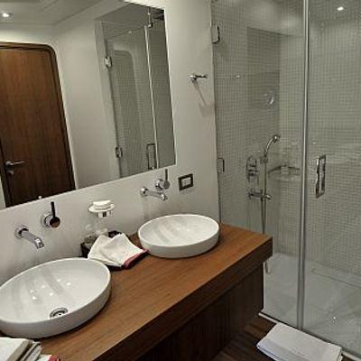 Ubi Bene Yacht Shower Room
