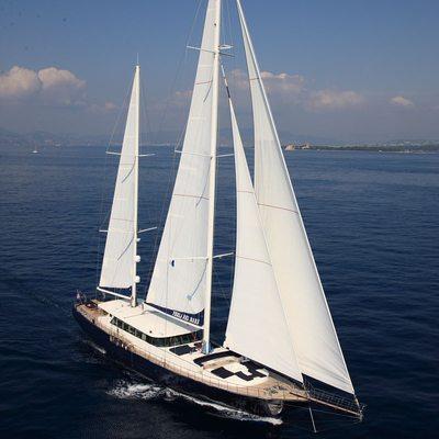Perla del Mare Yacht Underway