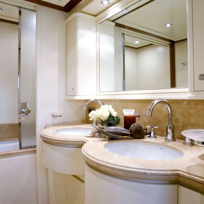 Bunker Yacht Guest Bathroom