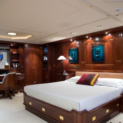 Blush Yacht Master Stateroom - Bed