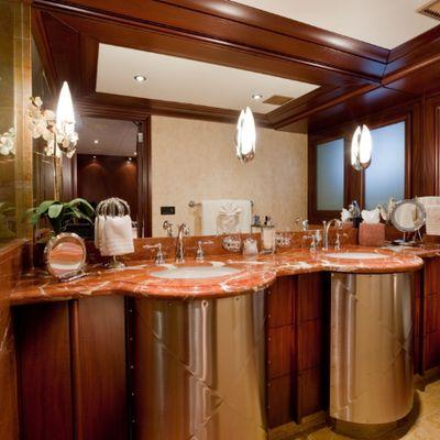 Lagniappe Yacht Queen Bathroom