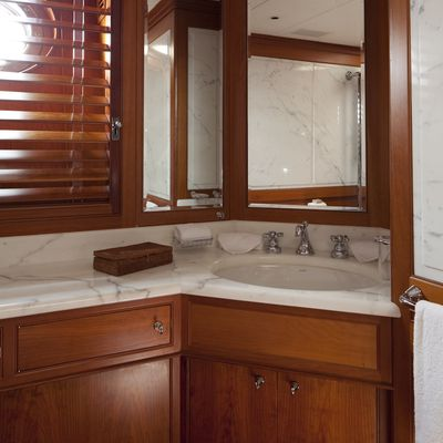 Luna Yacht Guest Bathroom