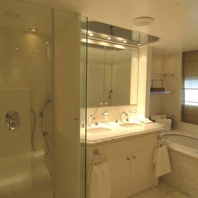 Elegant 007 Yacht Guest Stateroom - Bathroom