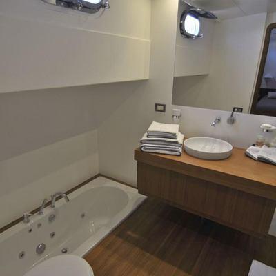 Ubi Bene Yacht Bathroom