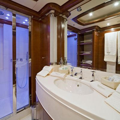 Latitude Yacht Private Bathroom
